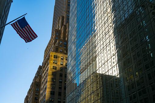 星空「The American National Flag is swaying by wind among the building at Midtown Manhattan New York City.」:スマホ壁紙(1)