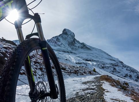 サイクリング「Mountain biking in the Pennine Alps with a view of the Matterhorn, near Zermatt」:スマホ壁紙(0)