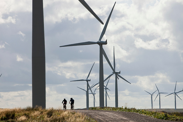 Turbine「Mountain bikers at Black Law wind farm near Carluke in Scotland, UK. When it was constructed it was the largest wind farm in the UK with 54 turbines with a capacity of 97 Megawatts, enough to power 70,000 homes. The wind farm was built on the site of an」:写真・画像(17)[壁紙.com]
