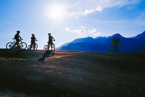 自転車「マウンテンバイクでガールズ」:スマホ壁紙(10)