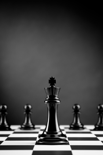 チェス「リーダー、ブラックのチェスキングアゲインストチェス濃い色の背景に楽しむ」:スマホ壁紙(8)