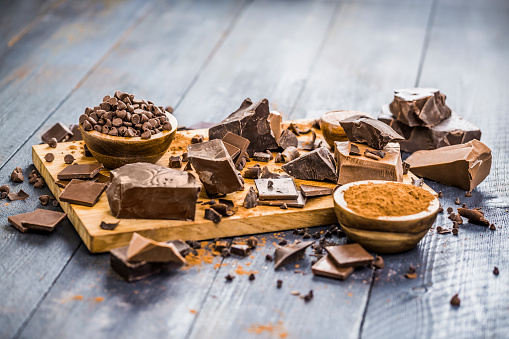 Milk Chocolate「Various chocolate pieces on cutting board」:スマホ壁紙(10)