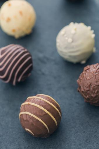 Praline「Various chocolate truffles」:スマホ壁紙(8)