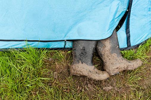 Music Festival「Black muddy wellies stick out of blue tent」:スマホ壁紙(4)