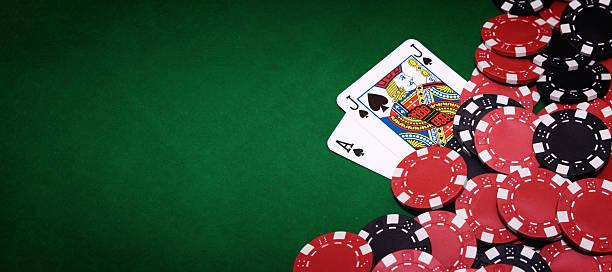 Blackjack table and pile of chips on right side of image:スマホ壁紙(壁紙.com)