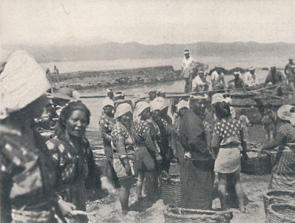 千葉県「Tai-no-ura - fishing boats, men and women with nets and baskets', c1900, (1921)」:写真・画像(19)[壁紙.com]
