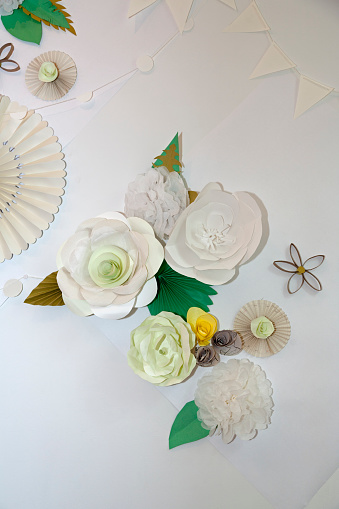 Paper Craft「Paper flowers decorate a wall」:スマホ壁紙(12)