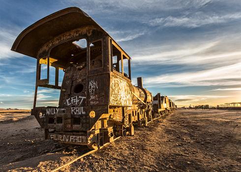 SL「Bolivia, Atacama Desert, Uyuini, view to wreck of steam enginge at train cemetery」:スマホ壁紙(7)
