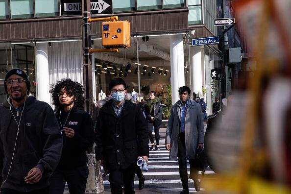 Walking「New York City On Edge As Coronavirus Spreads」:写真・画像(1)[壁紙.com]