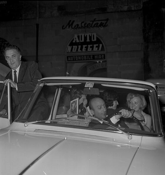 Cheerful「Film director Federico Fellini is entering in a car with Giulietta Masina and friends, Rome 1964」:写真・画像(11)[壁紙.com]