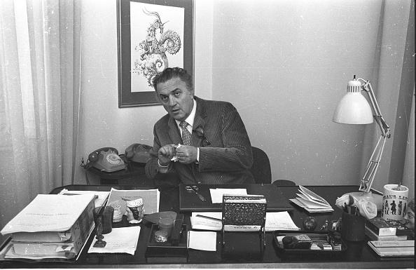 Desk Lamp「Film director Federico Fellini works at his studio in Cinecittà, Rome 1970」:写真・画像(4)[壁紙.com]