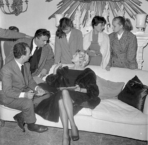 Photography「Film director Federico Fellini talks to Anita Ekberg, Renato Tagliani (left) and Valeria Ciangottini during a cocktail party for 'La Dolce Vita', Cinecittà studios 1959」:写真・画像(6)[壁紙.com]