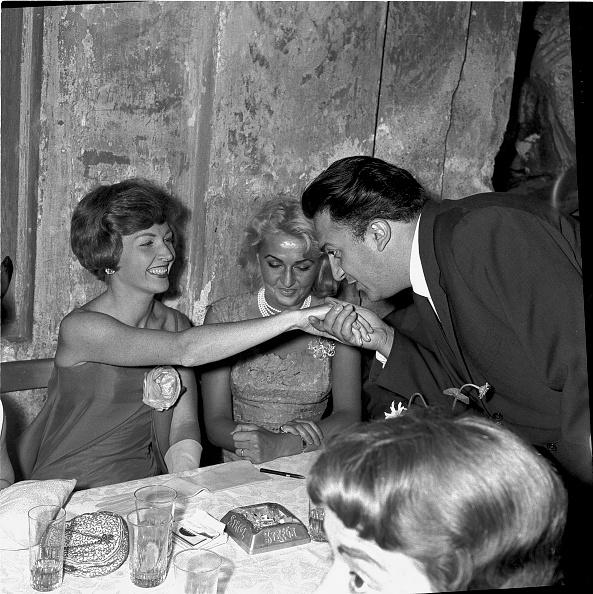 Hand「Film director Federico Fellini kisses the hand of actress Carla Del Poggio, 1977」:写真・画像(16)[壁紙.com]