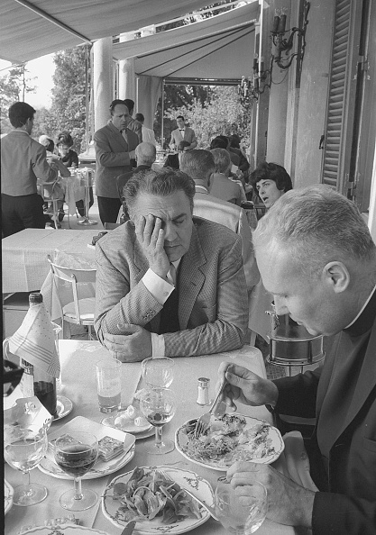 Eating「Film director Federico Fellini with a priest in Rome in 1967」:写真・画像(10)[壁紙.com]