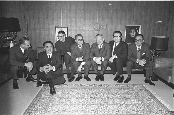 数人「Film director Federico Fellini is with the Russian delegation at the 'De Laurentiis studios', 1965」:写真・画像(2)[壁紙.com]