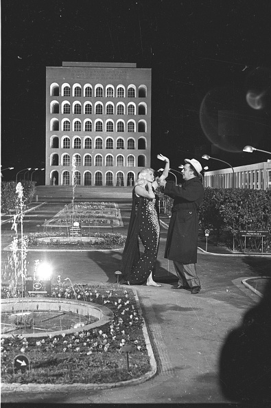 Fountain「Film director Federico Fellini directing actress Anita Ekberg during the shooting of the movie 'Boccaccio '70', Rome 1961」:写真・画像(11)[壁紙.com]