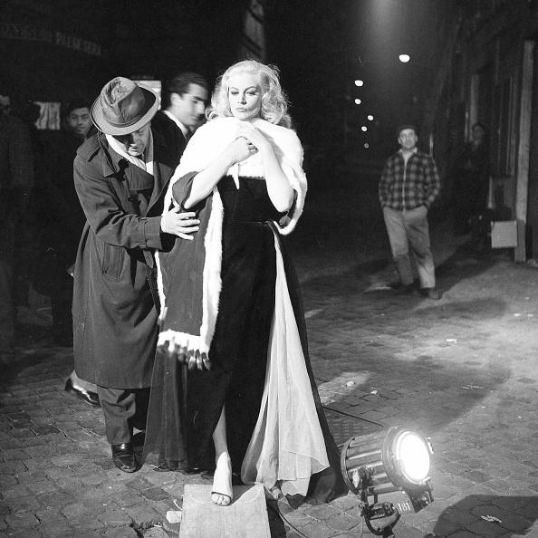 Anita Ekberg「Film director Federico Fellini directing actress Anita Ekberg during the shooting of movie 'La Dolce Vita', Rome 1959」:写真・画像(14)[壁紙.com]