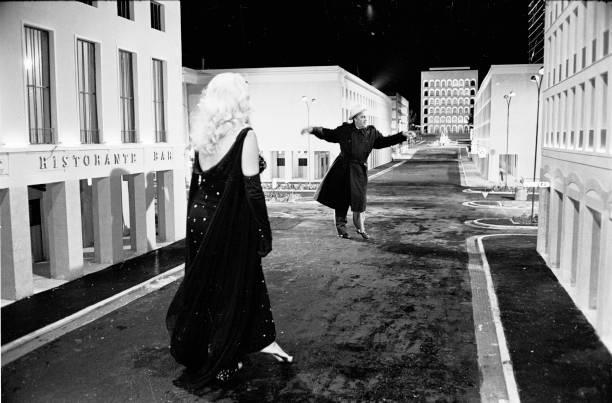 Film director Federico Fellini directing actress Anita Ekberg for the movie Boccaccio '70, Rome 1961:ニュース(壁紙.com)