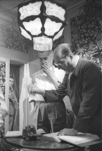 Roberto Rossellini - Film Director「Film director Roberto Rossellini with Vittorio De Sica during the movie 'General della Rovere' 1959」:写真・画像(12)[壁紙.com]