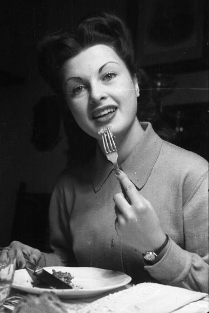 Film actress and director Silvana Pampanini eats in her flat, Rome 1948:ニュース(壁紙.com)