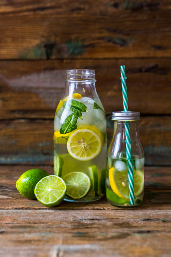 果物「Glass bottles of infused water with lemon, lime, mint leaves and ice cubes」:スマホ壁紙(5)