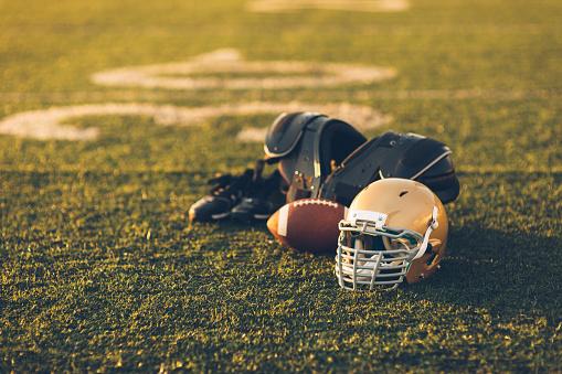 スポーツ「フィールド上の金のフットボール用ヘルメット」:スマホ壁紙(7)