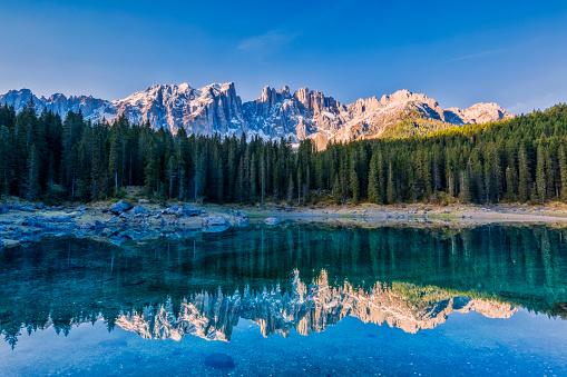 アディジェ川「牧歌的な青いアルパイン湖カレッツァ、ドロミテ、イタリア チロル アルプス」:スマホ壁紙(5)