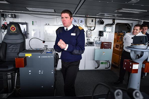 座る「Type 45 Destroyer HMS Defender Sails Up The Clyde And Docks Next To The Shipyard Where It Was Built」:写真・画像(11)[壁紙.com]