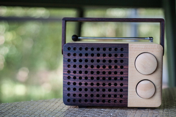 Radio「Indonesian Carpenters Make Sustainable Ebony Radios」:写真・画像(5)[壁紙.com]