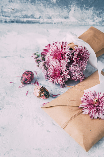 イースター「Envelope and vase with pink flowers and Easter eggs」:スマホ壁紙(8)