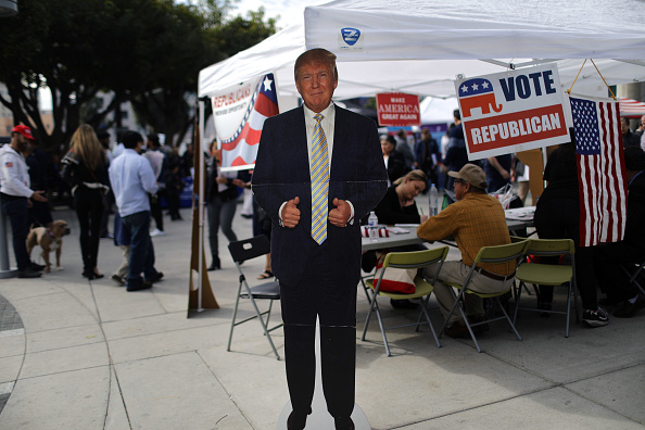US Republican Party「Thousands Of Immigrants Are Naturalized In Citizenship Ceremony At  L.A. Convention Center」:写真・画像(8)[壁紙.com]