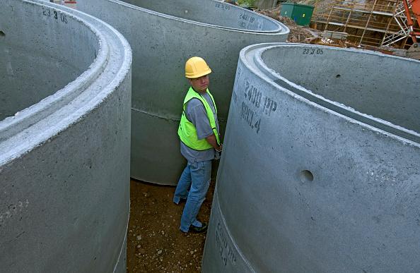 Cylinder「Builder urinating on site」:写真・画像(1)[壁紙.com]
