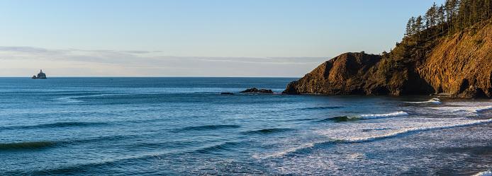 Cannon Beach「The surf breaks at Tillamook Head on the Oregon Coast」:スマホ壁紙(16)