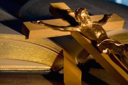 Guidebook「Crucifix laying on open Bible」:スマホ壁紙(18)