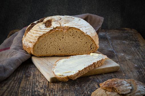 Loaf of Bread「Homemade sourgough rye bread on chopping board」:スマホ壁紙(15)