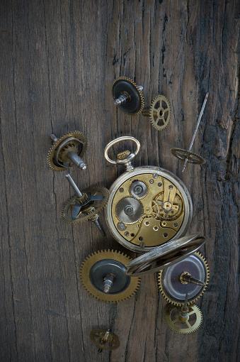 時計「Old pocket watch and cogwheels on dark wood」:スマホ壁紙(12)