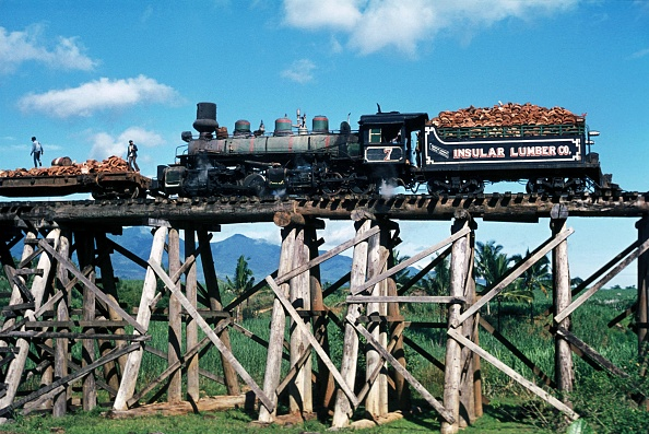October「Insular Lumber Company's Baldwin Built 4 Cylinder Compound 0-6-6-0 Mallet No.7 draws logs bound for the coastal sawmill over the wooden trestle viaduct on the Philippine Island of Negros. The viaduct built in the best of Wide west traditions under Americ」:写真・画像(4)[壁紙.com]