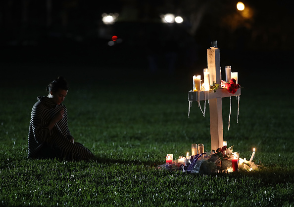 Memorial Vigil「Florida Town Of Parkland In Mourning, After Shooting At Marjory Stoneman Douglas High School Kills 17」:写真・画像(2)[壁紙.com]
