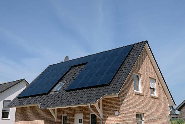 New basic house with solar panels on the roof:スマホ壁紙(壁紙.com)