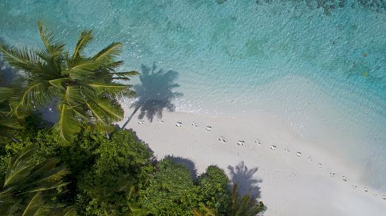 Water's Edge「Areal view of footprints on island beach」:スマホ壁紙(11)