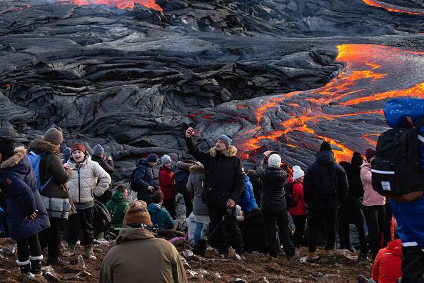 Volcano「Hikers Flock To See Fagradalsfjall Volcano」:写真・画像(12)[壁紙.com]