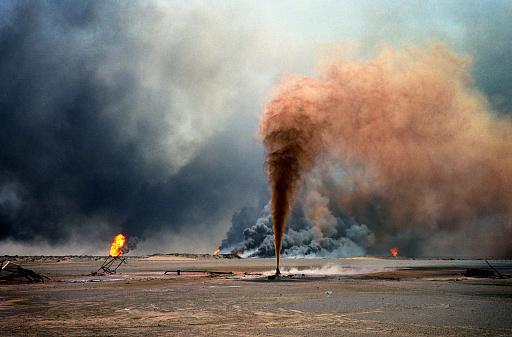 1990-1999「Oil wells burn out of control at Burham oilfield, Kuwait」:スマホ壁紙(4)