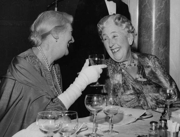 作家「Dame Sybil Thorndike And Agatha Christie」:写真・画像(17)[壁紙.com]