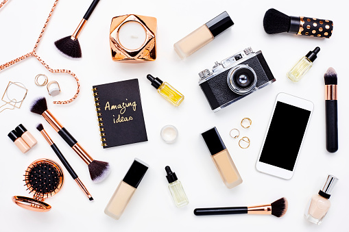 Composition「Flat lay of beauty products on bloggers desk」:スマホ壁紙(18)