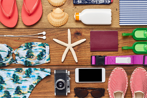 Belt「Flat lay of summer vacation accessories on wooden floor」:スマホ壁紙(17)