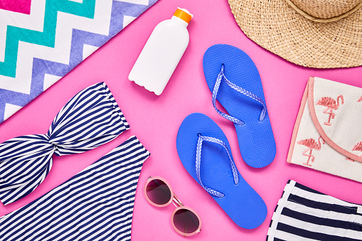 Color Block「Flat lay of summer vacation accessories on pink background」:スマホ壁紙(17)