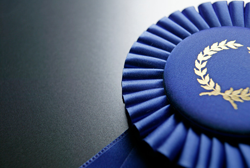 Success「Blue ribbon rosette on dark gray graduated background」:スマホ壁紙(8)