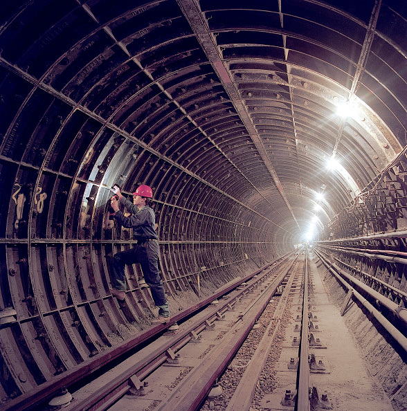Looking Over「Inspecting segmental tunnel lining during refurbishment of Angel Underground station. London, United Kingdom.」:写真・画像(6)[壁紙.com]