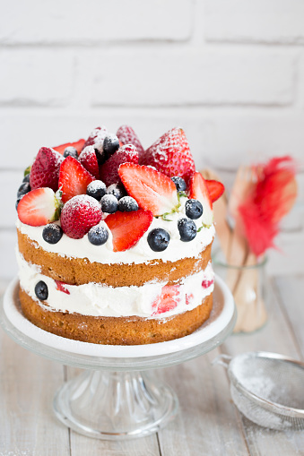 Whipped Food「Sponge cake with strawberries, blueberries and cream on a cake stand」:スマホ壁紙(17)