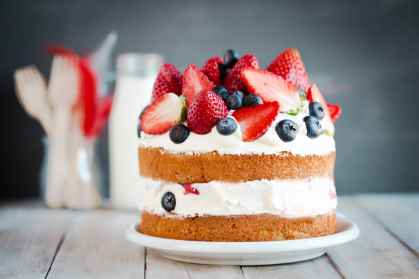 Sponge cake with strawberries, blueberries and cream:スマホ壁紙(壁紙.com)